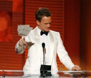 2009-09-21T053253Z_01_BTRE58K0FF500_RTROPTP_2_ENTERTAINMENT-US-TELEVISION-EMMYS-review-dmn350